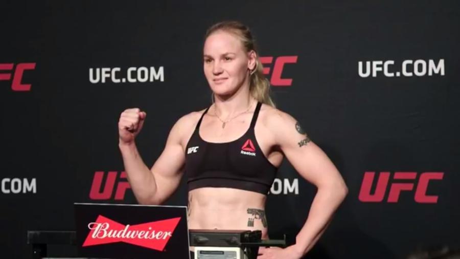 Valentina Shevchenko sobe à balança na pesagem oficial do UFC 213 - Reprodução