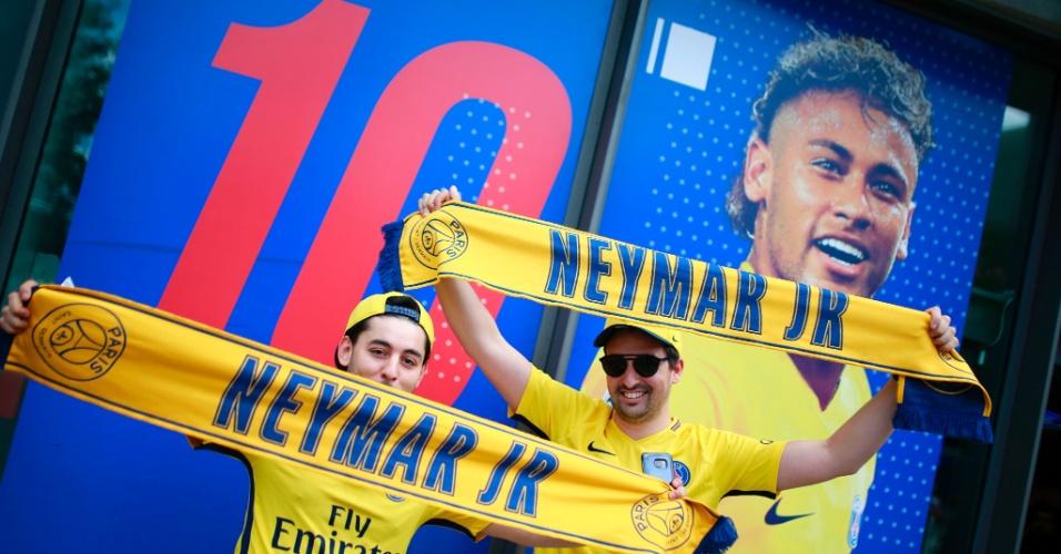 Fãs compram primeiras camisas e acessórios de Neymar no PSG
