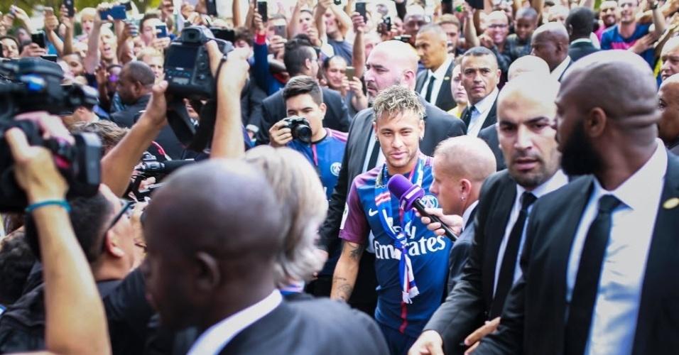 Torcida do PSG celebra chegada de Neymar