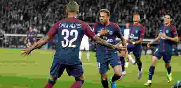 Dani Alves comemora com Neymar o primeiro gol do PSG sobre o Bayern - Charles Platiau/Reuters - Charles Platiau/Reuters