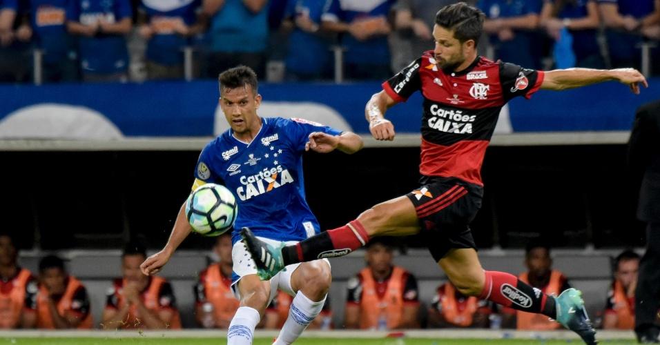 Diego, do Flamengo, entra em dividida com Henrique, do Cruzeiro