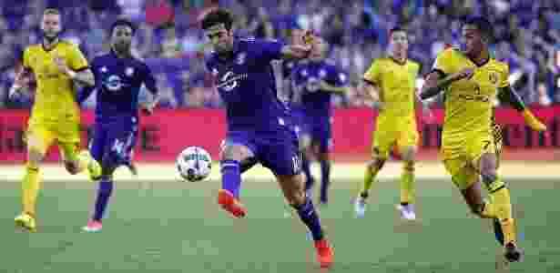Artur tenta desarmar Kaká na MLS - Divulgação - Divulgação