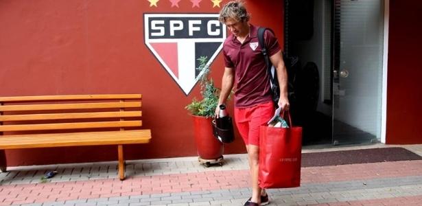 Emocionado, Lugano deixa o CT do São Paulo