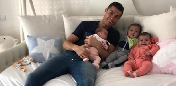 Cristiano Ronaldo publica no Instagram foto junto de três de seus filhos