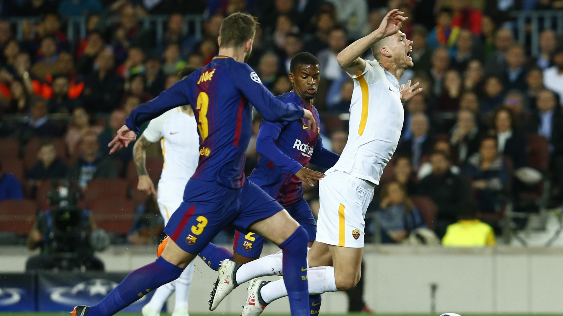 Dzeko cai após toque de Semedo, durante a partida entre Barcelona e Roma