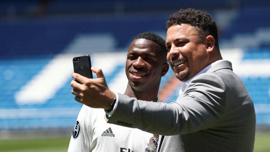 Ronaldo tira selfie com Vinicius Junior na apresentação do atacante no Real Madrid - Susana Vera/Reuters