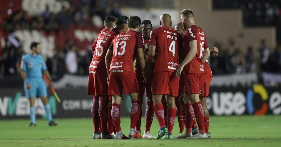 Jogadores do Internacional unidos durante duelo contra o Vasco no Brasileirão
