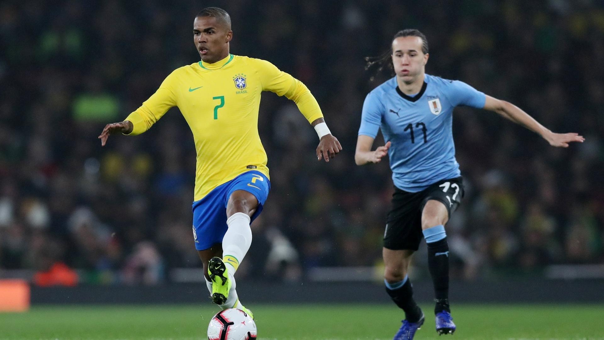 Douglas Costa é seguido por Laxalt durante amistoso entre Brasil e Uruguai