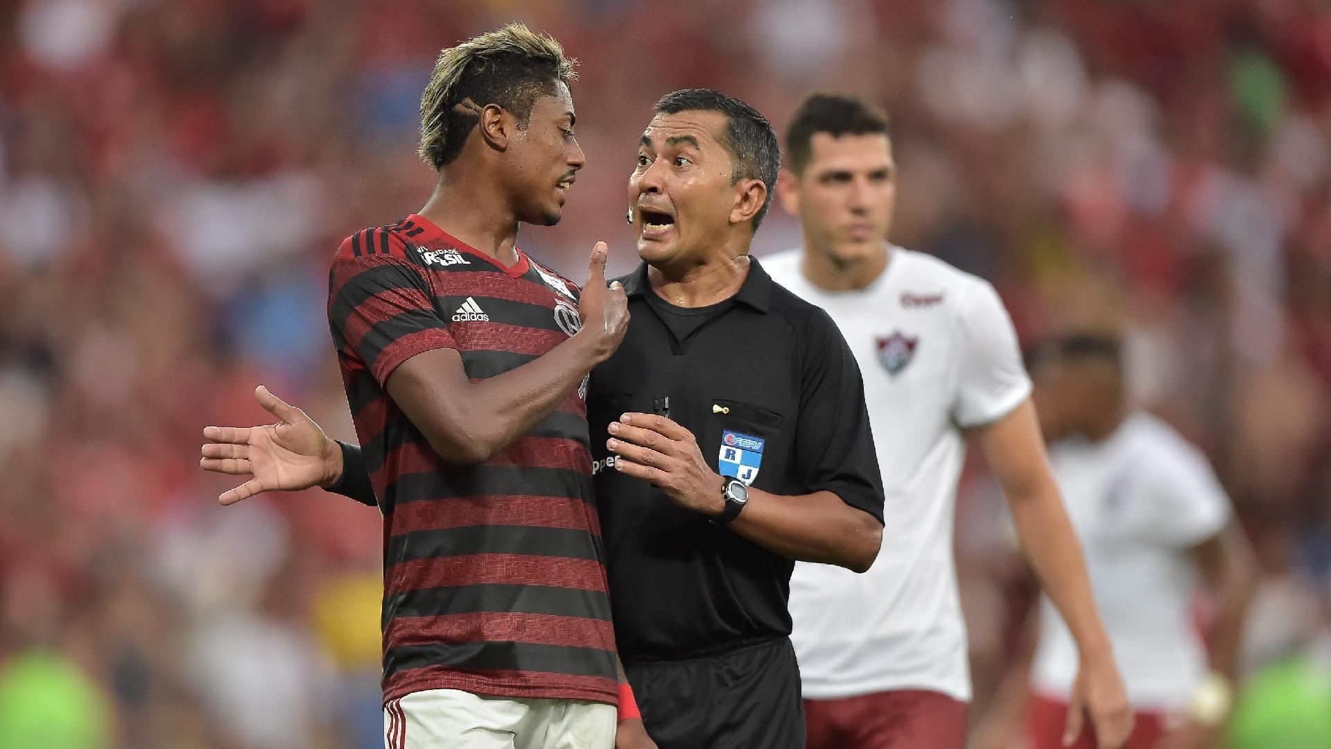Bruno Henrique conversa com o árbitro durante Flamengo x Fluminense