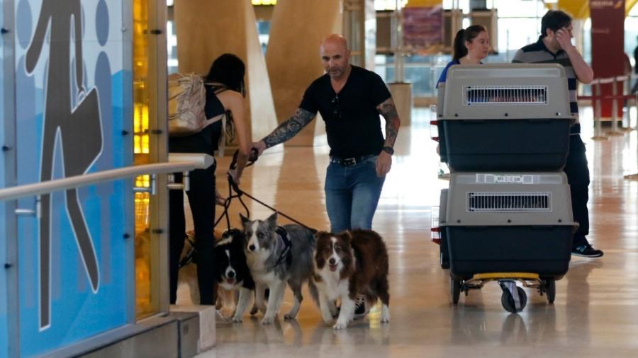 Técnico Jorge Sampaoli levou seus cachorros para a nova casa, na praia de Santos - Getty Images