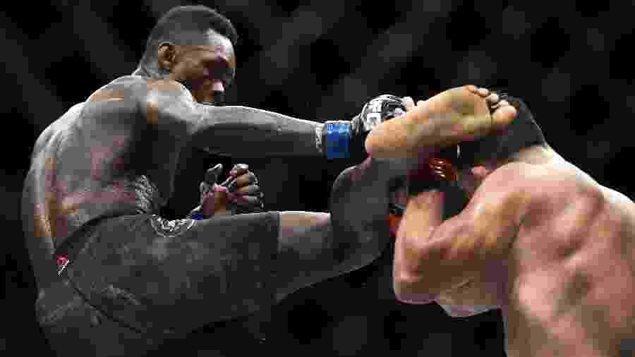 Israel Adesanya acerta Kelvin Gastelum durante  UFC 236 - Logan Riely/Getty Images/AFP