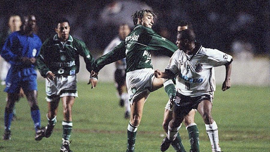 Paulo Nunes e Edilson entram em confronto após embaixadinhas feitas pelo jogador do Corinthians - Alex Ribeiro/Folhapress
