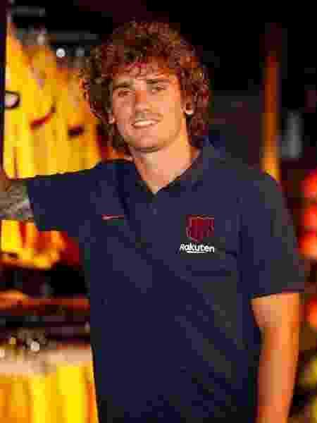Antoine Griezmann posa como jogador do Barcelona - divulgação/Barcelona