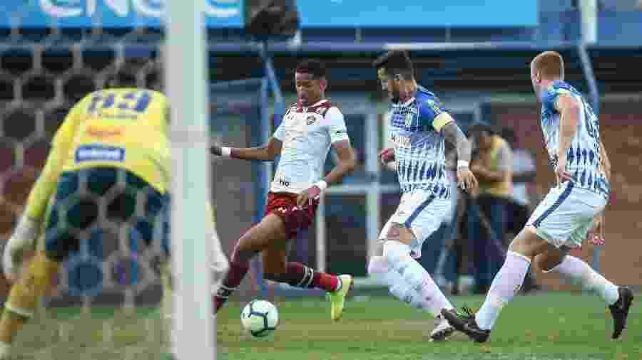Marcos Paulo, do Fluminense, sofre marcação na partida contra o Avaí, pelo Brasileiro - Lucas Merçon / Fluminense