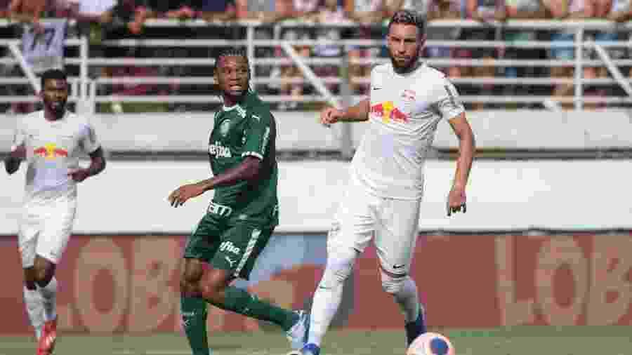 Leo Ortiz disputa lance com Luiz Adriano na partida entre Red Bull Bragantino e Palmeiras - Marcello Zambrana/Marcello Zambrana/AGIF