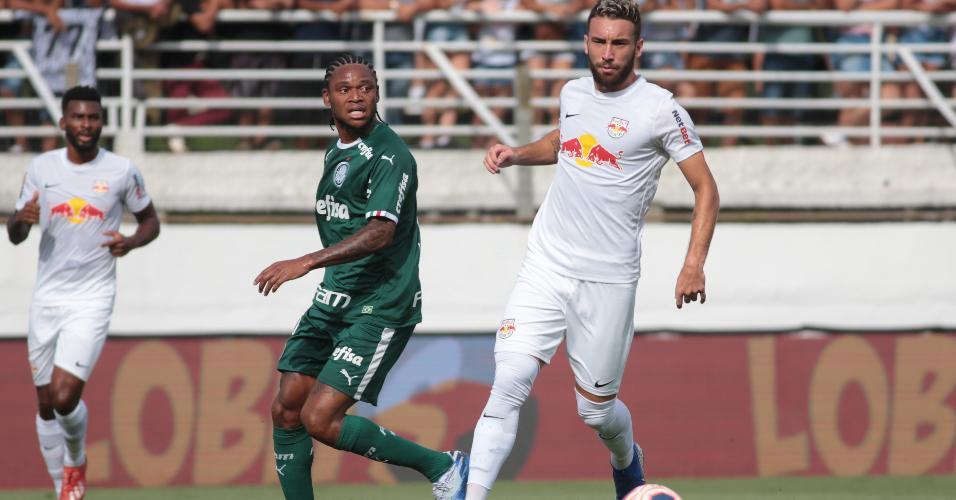 Leo Ortiz disputa lance com Luiz Adriano na partida entre Red Bull Bragantino e Palmeiras