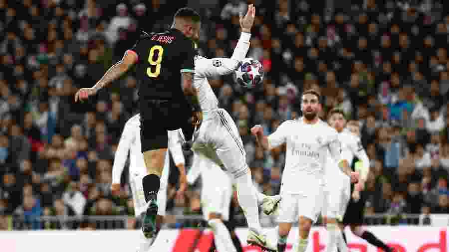 Gabriel Jesus cabeceia a bola para anotar o primeiro gol do Manchester City contra o Real Madrid - Sergio Perez/Reuters