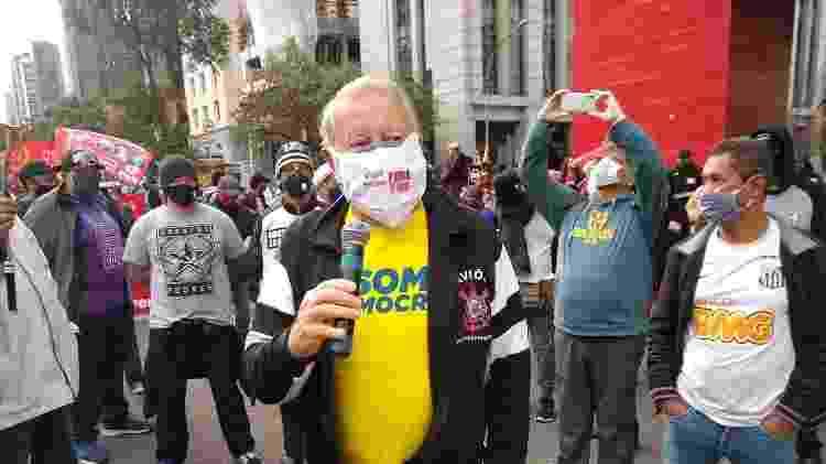 """Chico Malfitani, um dos fundadores da """"Gaviões"""", em protesto na Paulista - Adriano Wilkson/UOL - Adriano Wilkson/UOL"""