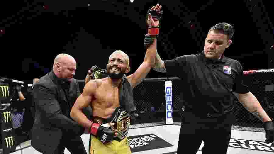 19.jul.2020 - Deiveson Figueiredo comemora vitória sobre Joseph Benavidez em disputa pelo título do peso-mosca do UFC - Jeff Bottari/Zuffa LLC via USA TODAY Sports