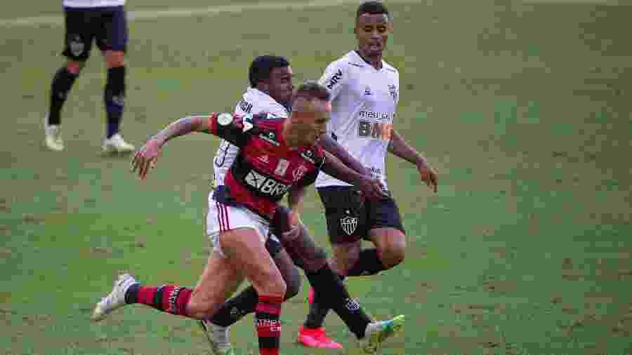 Rafinha em ação na partida entre Flamengo e Atlético-MG no Maracanã - Alexandre Vidal / Flamengo