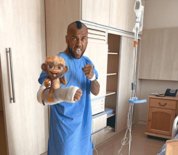 Daniel Alves após cirurgia no antebraço direito