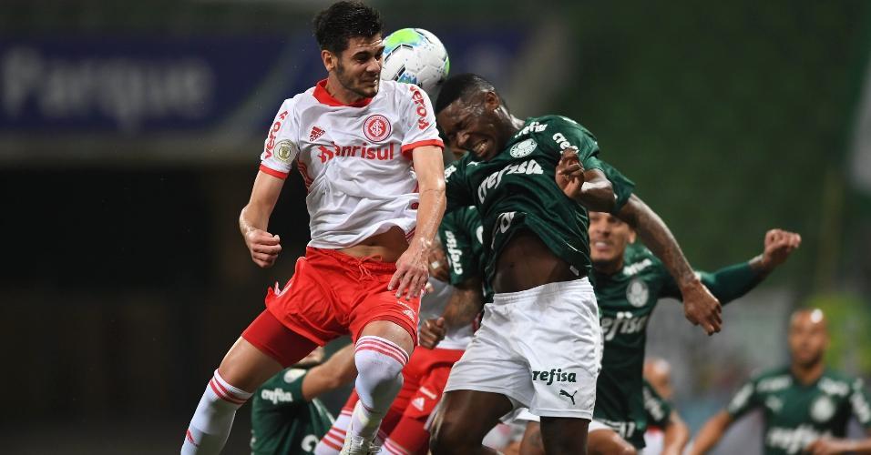 Patrick de Paula e Johnny disputam bola pelo alto na partida entre Palmeiras x Inter