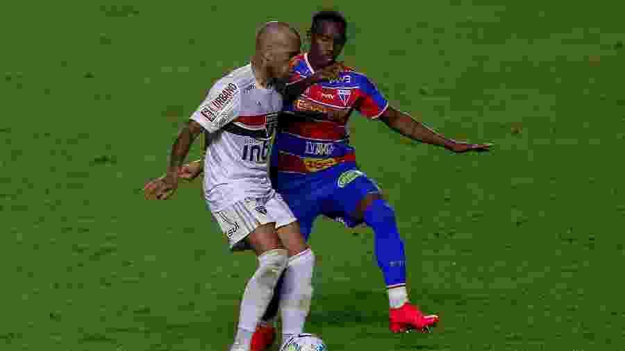 Daniel Alves, do São Paulo, e Yuri César, do Fortaleza, durante jogo nesta temporada - Miguel Schincariol/Getty Images
