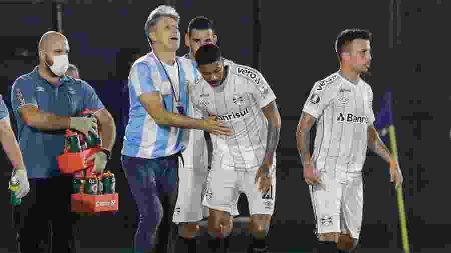 Jean Pyerre comemora gol do Grêmio com Renato Gaúcho, em jogo contra o Guaraní-PAR - Luis VERA / POOL / AFP