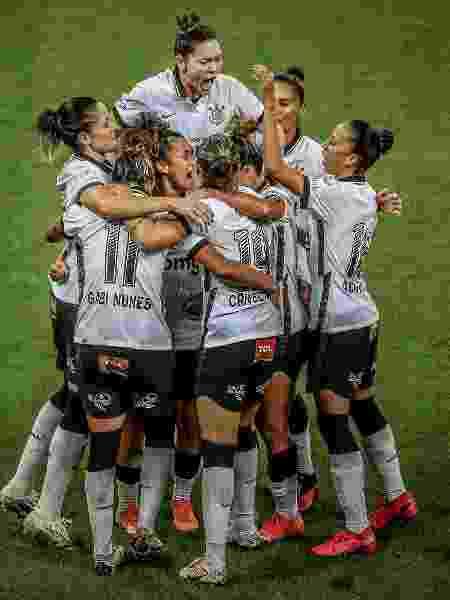 Jogadoras do Corinthians comemoram gol - LEONARDO SGUACABIA/PHOTOPRESS/ESTADÃO CONTEÚDO - LEONARDO SGUACABIA/PHOTOPRESS/ESTADÃO CONTEÚDO