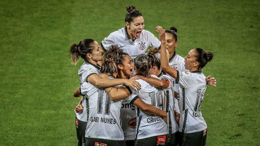 Jogadoras do Corinthians comemoram terceiro gol contra o Avaí/Kindermann na final do Brasileirão Feminino - LEONARDO SGUACABIA/PHOTOPRESS/ESTADÃO CONTEÚDO