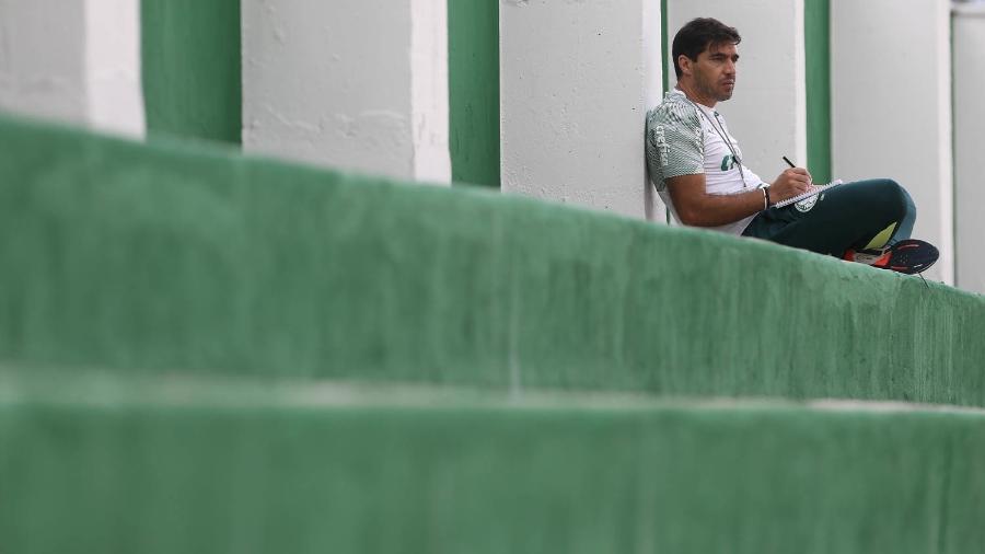 Abel Ferreira faz anotações durante treino do Palmeiras na Academia de Futebol - Cesar Greco