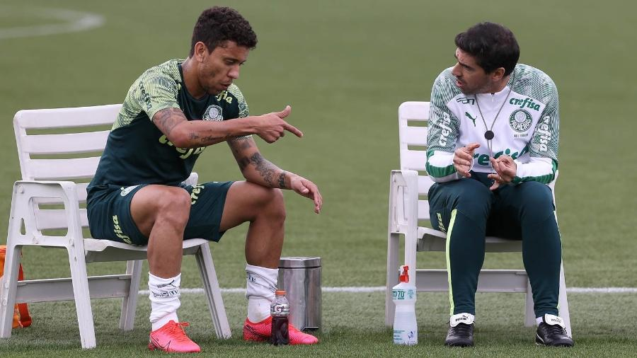 Marcos Rocha conversa com Abel Ferreira, durante treino do Palmeiras, na Academia - Cesar Greco
