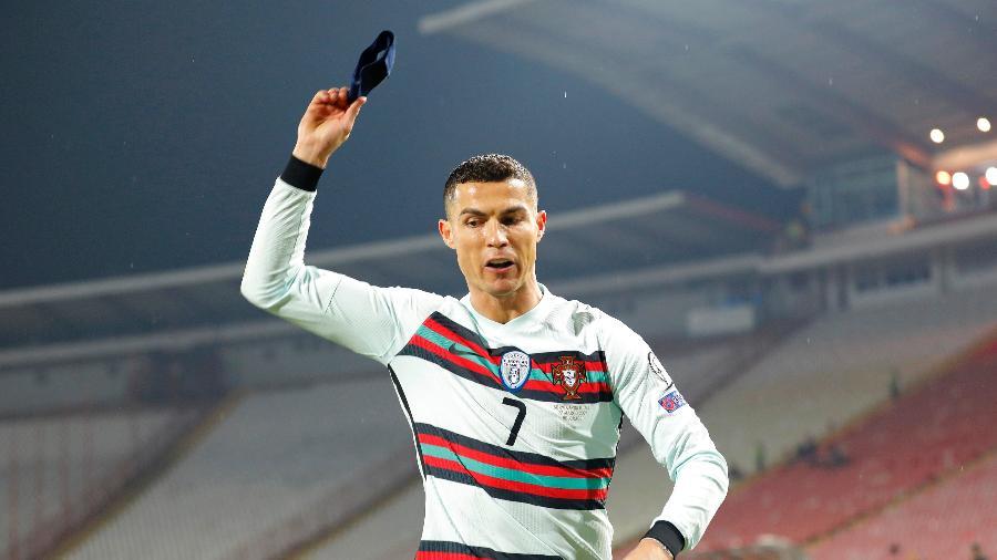 CR7 se revoltou com gol não marcado e jogou braçadeira de capitão no gramado - Srdjan Stevanovic/Getty Images