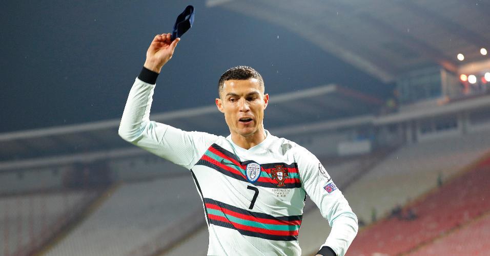 CR7 se revoltou com gol não marcado e jogou braçadeira de capitão no gramado