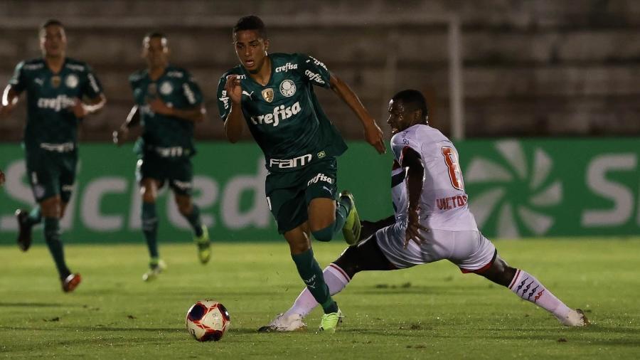 Giovani, do Palmeiras, e Victor Bolt, do Botafogo-SP, em jogo do Paulistão - Cesar Greco
