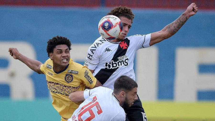 Dos 15 jogos disputados na temporada, Vasco já sofreu 12 gols oriundos de bola aérea e/ou parada - Alexandre Loureiro/Estadão Conteúdo