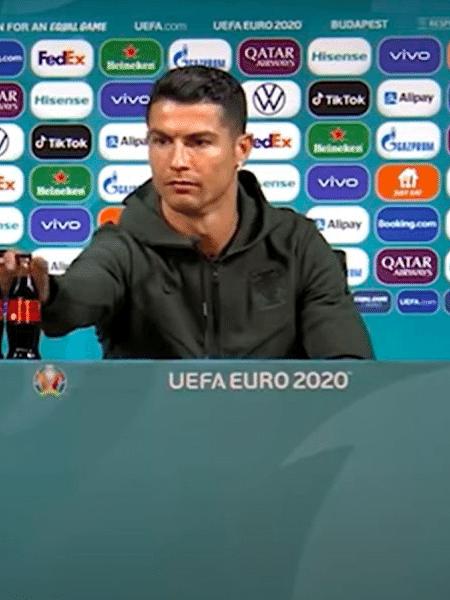 Cristiano Ronaldo tira garrafas de Coca-Cola da bancada de entrevista coletiva - Reprodução