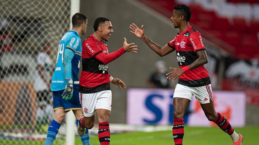 Matheuzinho comemora gol de Bruno Henrique do Flamengo pela Copa do Brasil - Jorge Rodrigues/AGIF