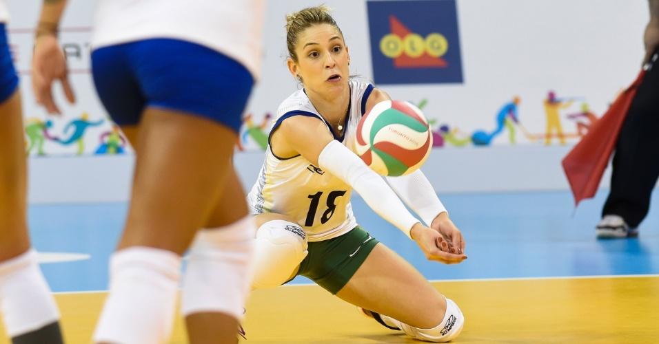 Camila Brait faz a defesa na partida entre Brasil e Porto Rico, na estreia da seleção feminina de vôlei no Pan