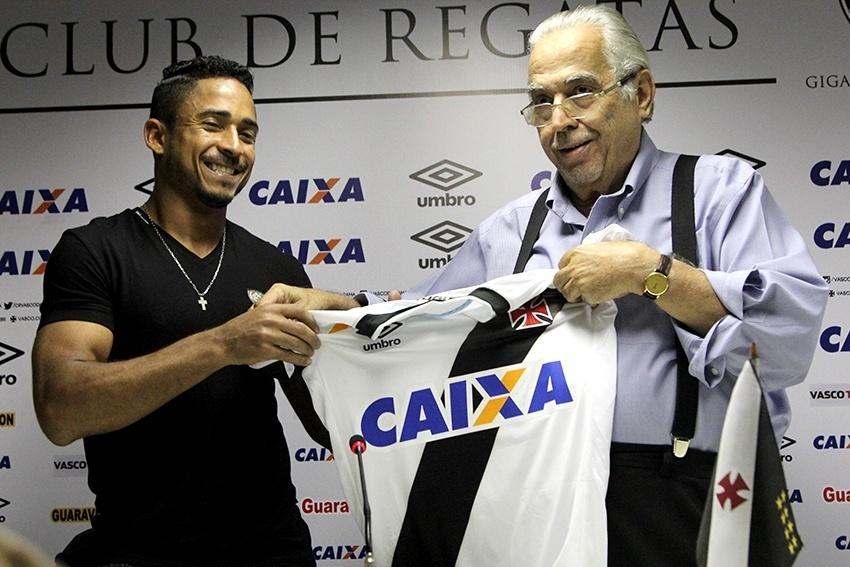 Eurico Miranda dá camisa para Jorge Henrique em apresentação do atacante em São Januário