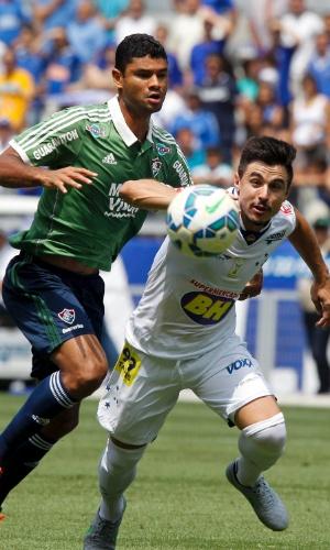 O cruzeirense Willian passa pela marcação do tricolor Gum