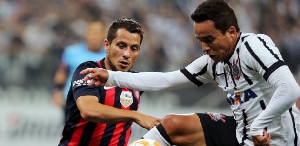Sebastián Blanco marca Jadson na partida entre San Lorenzo e Corinthians pela Libertadores de 2015 - REUTERS/Jose Patricio