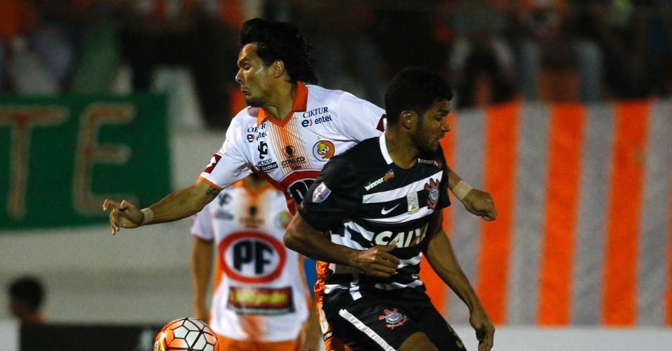 Yago é marcado por Ever Cantero  no jogo do Corinthians contra o Cobresal, na Copa Libertadores