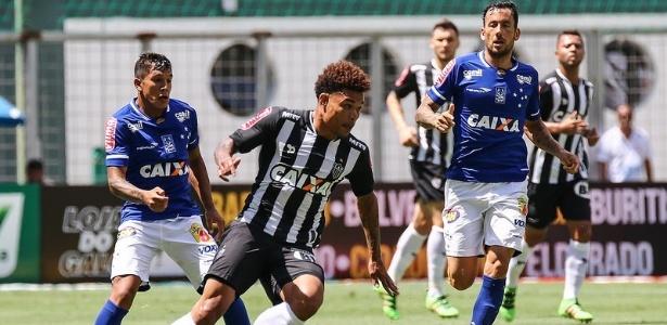 Júnior Urso em ação no clássico Atlético-MG x Cruzeiro