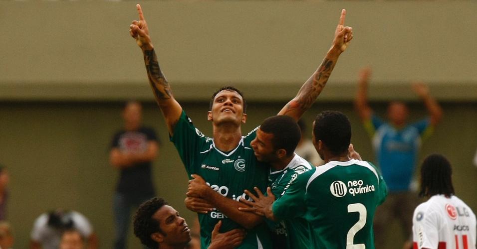 Léo Lima comemora gol marcado pelo Goiás sobre o São Paulo em 2009