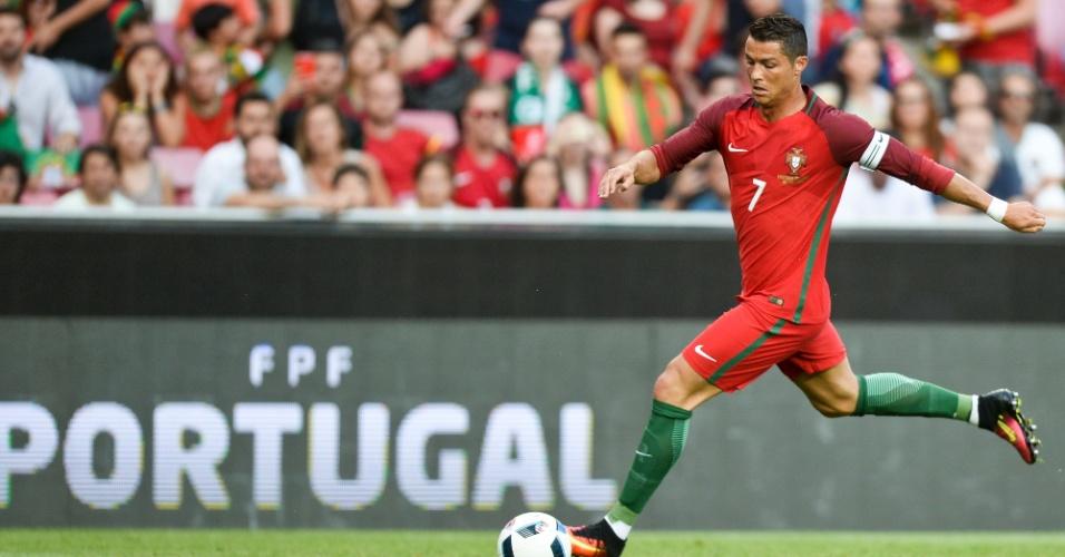 Cristiano Ronaldo conduz a bola no amistoso Portugal x Estônia em Lisboa
