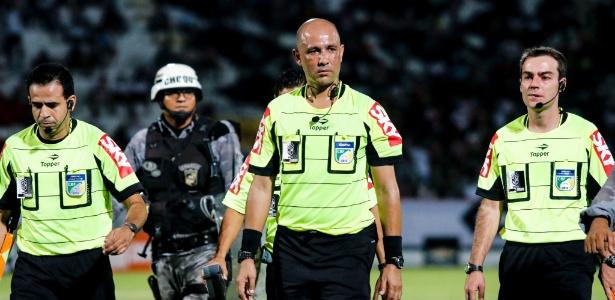 O árbitro Marcelo Aparecido (centro) apitará o segundo jogo entre Palmeiras e Corinthians