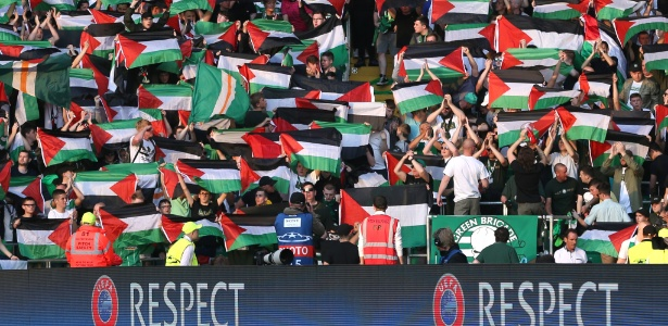Torcedores do Celtic exibiram as bandeiras no playoff da Liga dos Campeões - Russell Cheyne/Reuters