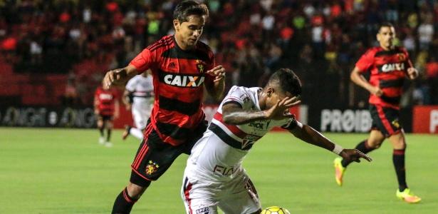 Matheus Reis em ação com a camisa do São Paulo