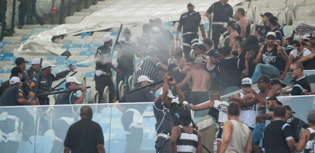Torcida do Corinthians entra em confronto com a Polícia no Maracanã.
